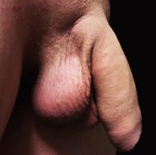 un bărbat cu un penis gros)