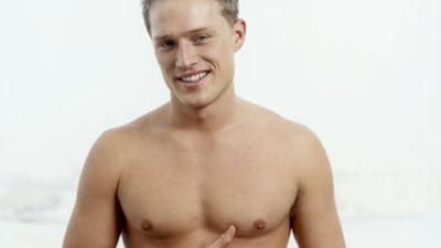 omul spală penisul